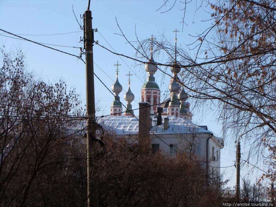 Купола Николо-Ямского храма с ул. Электрозаводской.