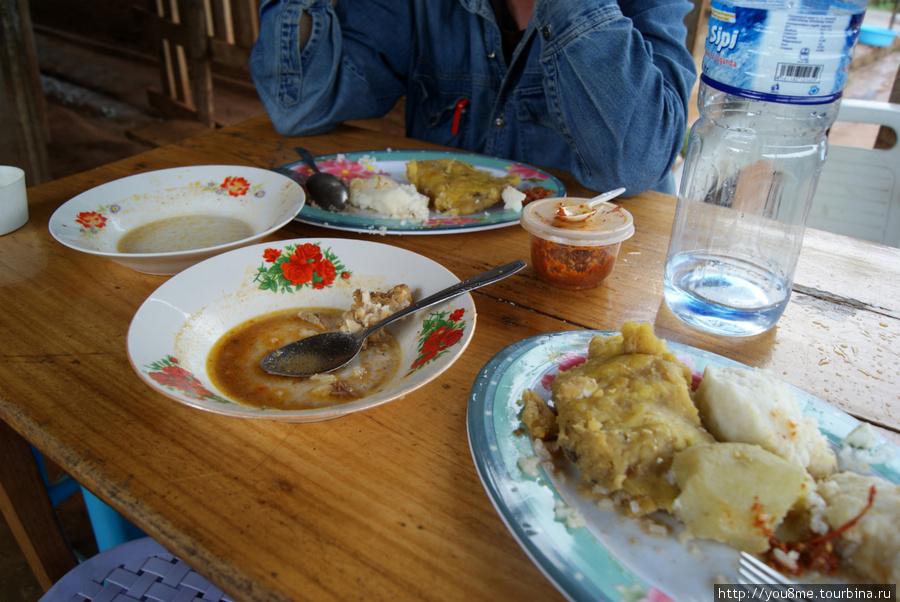 наш обед, в пустых тарелках были рыба и мясо ))