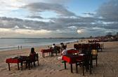 Вот так обычно проходят вечера в Джимбаране, а как только солнце падает в океан, на всех столиках зажигают свечи.