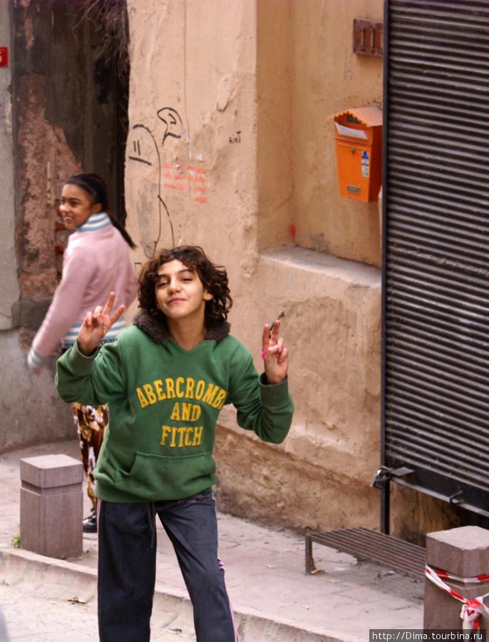 А это стамбульские дети, которые шли с дедушкой. Увидев мой фотоаппарат сразу стали кривляться. Дедушка был не против.