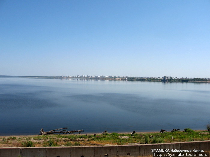 Река Кама. На горизонте —  Набережные Челны.