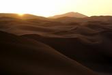 Солнце восходит над барханами в Турфанской котловине