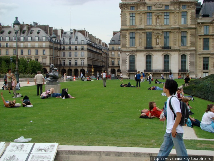 Двор перед Лувром
