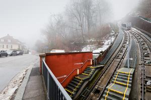 Старая горная железная дорога, которая работает еще с 1890 года и соединяет замок со станцией Молкенкур в городе и вершиной горы Кёнигштуль.