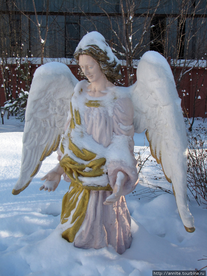 Фигура ангела на территории монастыря.