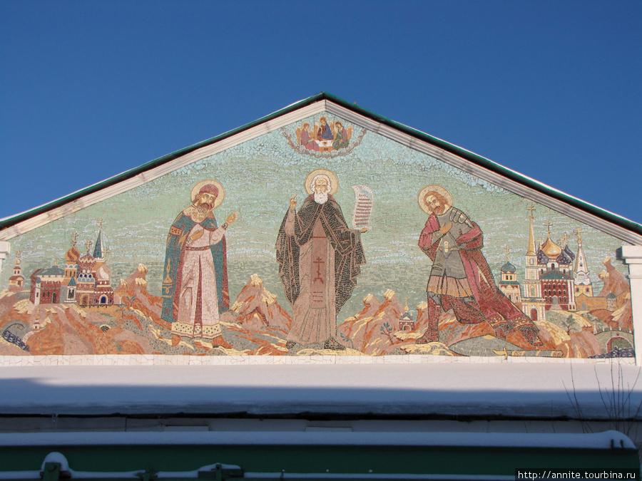 Мозаика на фронтоне Сергиевской церкви. Мозаика символизирует заключение мира Сергием Радонежским между Дмитрием Донским (справа) и Олегом Рязанским (слева).