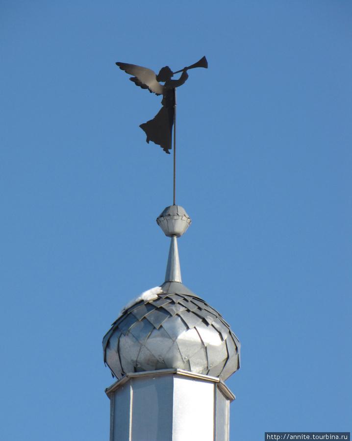 Ангел на шпиле угловой башни.