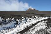 Зимой вершина вулкана покрыта снежным покровом. Но недавнее извержение засыпало весь снег пеплом. Так что только там, где заново прокладывали дорогу можно увидеть снег.