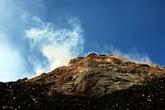 До вершины — крутой подъем и серное, фумарольное поле.