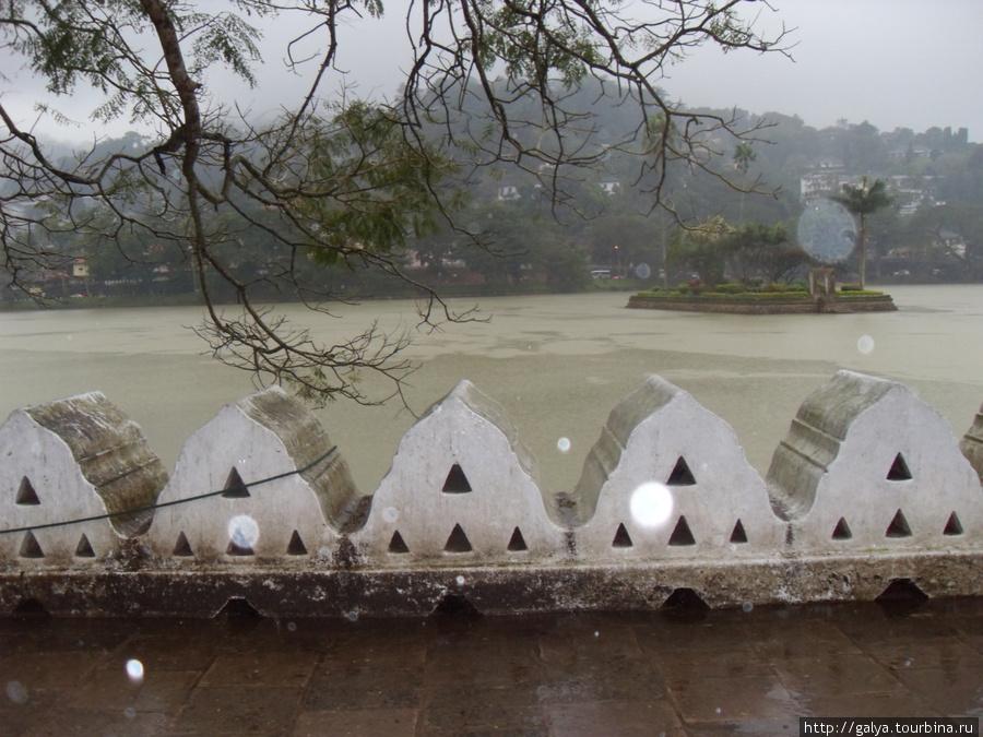 а это старое искусственное (!) озеро, на берегу которого храм