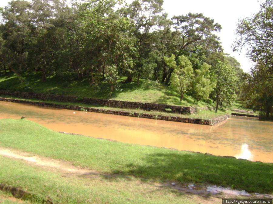 Вся гора окружена рвами. В них еще и крокодилы плавали.