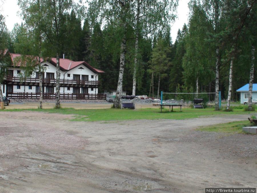 На территории отеля — настольный теннис, сетка для игры в волейбол и бадминтон, скамейки-качели.