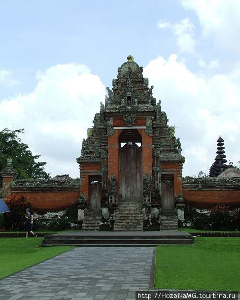 Храм,по-индонезийски Pura.