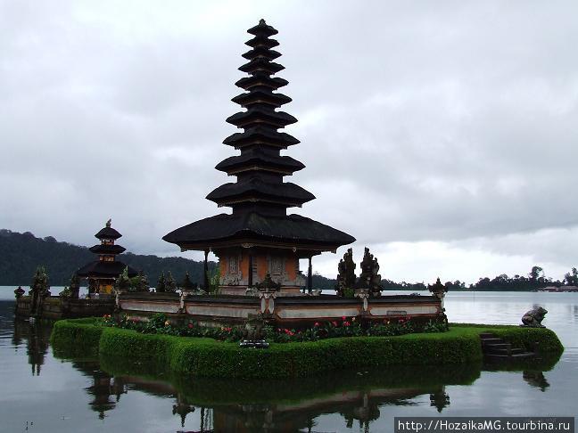 Храм на озере Братан