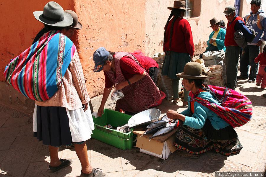 Это в начале сельхоз рынок..  местные тут продаются и скупаются. Писак, Перу