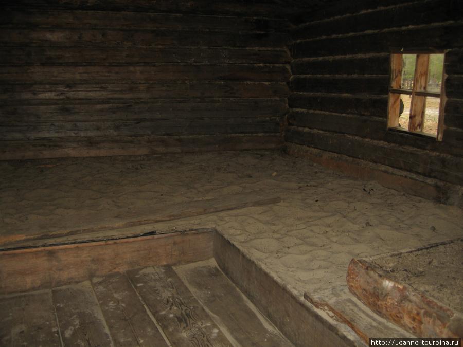 Внутри дома хантов только песок