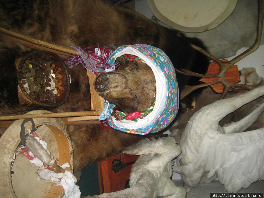 Не смогла повернуть фотографию — но поместила. Это голова кабана священная. Люди загадывают дотронувшись до неё желания.