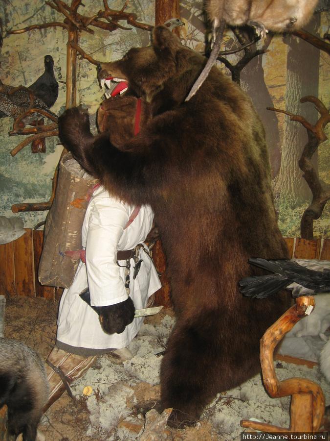 Борьба ханта с медведем — сценка из жизни. Хант остался жив, живёт недалеко от музея.