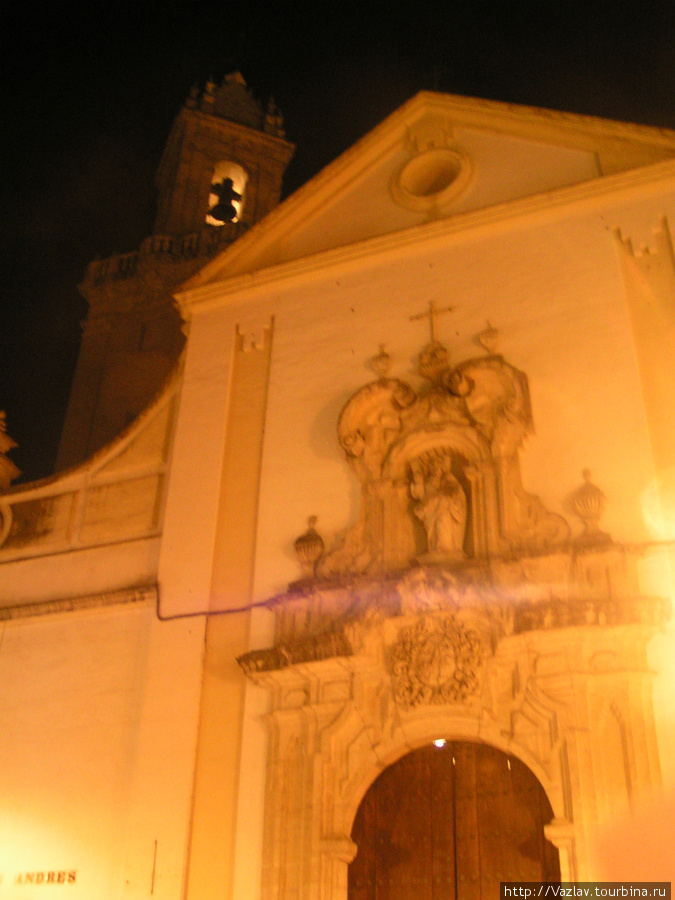 Фасад храма в ночной подсветке