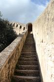 Вот по такой лестнице можно подняться из нижнего города-порта в верхний-крепость