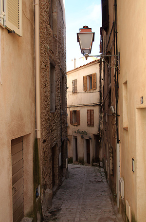 Интересно и просто погулять по узким улочкам города...