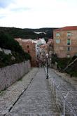 Спуститься туда можно по пешеходной улице-лестнице. Интересно, если на велосипеде здесь скатиться, что скажут?