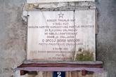 Не надо знать хорватского, чтобы понять текст на мемориальной табличке.