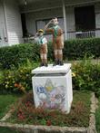 Около школы — статуи пионеров (скаутов)