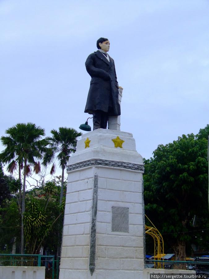Это сам Хосэ Ризаль. Он типа нашего Ильича в каждом городе стоит.  Раньше все памятники раскрашивались.  У филиппинцев эта традиция осталась до сих пор