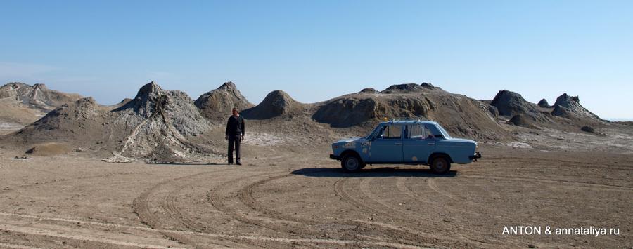 Наша машина на фоне конусов вулканов