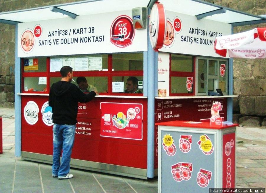 ларьки для продажи билетов можно найти рядом с остановками