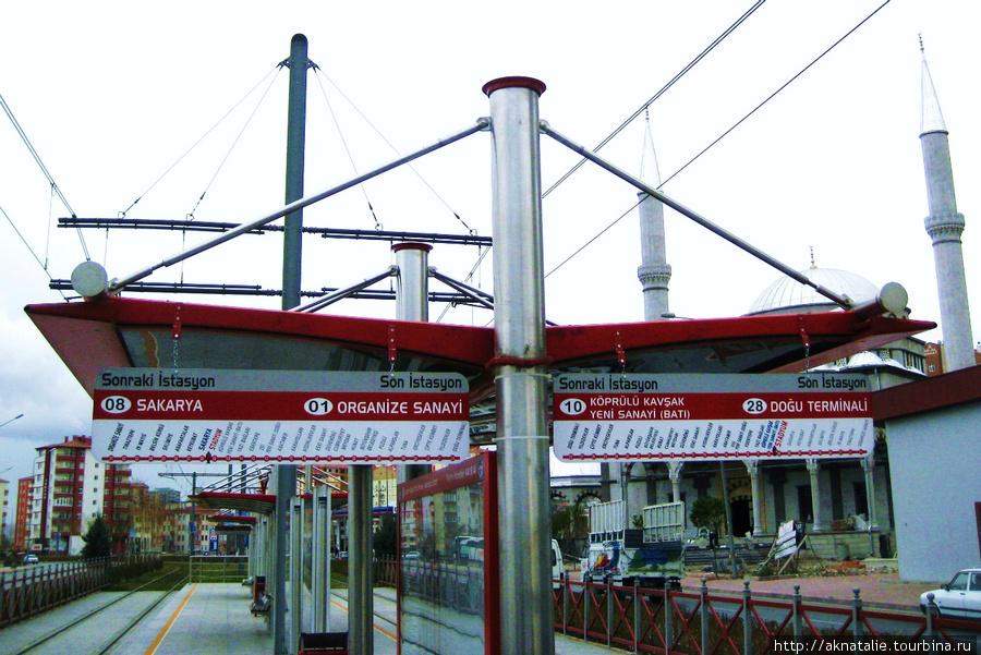 остановка электропоезда прямо напротив стадиона