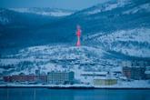 Ярко-розовая башня радиолокационной станции системы сопровождения судов в Кольском заливе.
