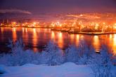 Кстати, о погоде. В отличие от многих северных городов, в Мурманске наблюдаются аномально высокие зимние температуры воздуха. Из-за близости тёплых воздушных масс, несомых течением Гольфстрим, средняя температура января и февраля примерно −10 −12 °C.