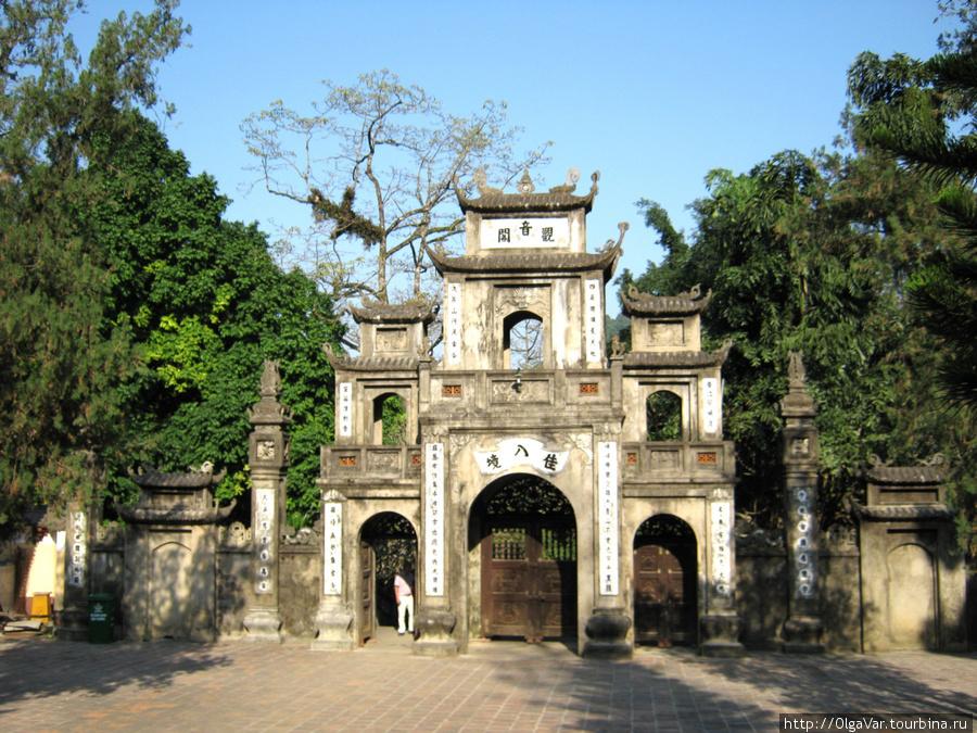 Ворота в пагоду Тхиенчу (Chua Thien Tru) — пагода небесной кухни