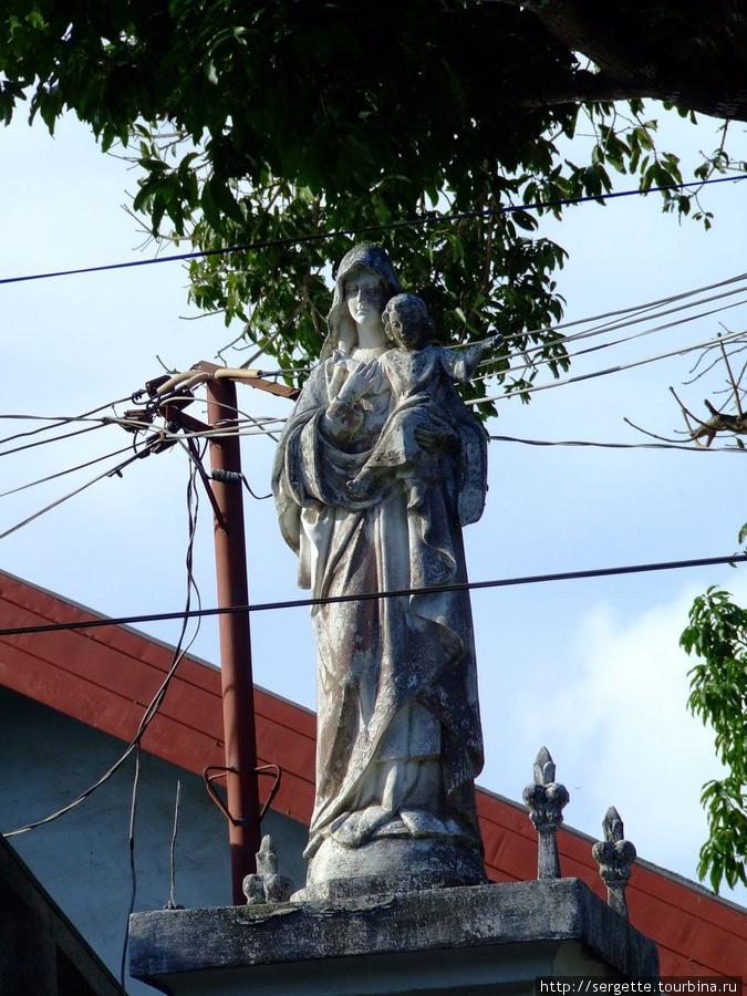 Рядом с Собором есть церковная школа.  Статуя на входе