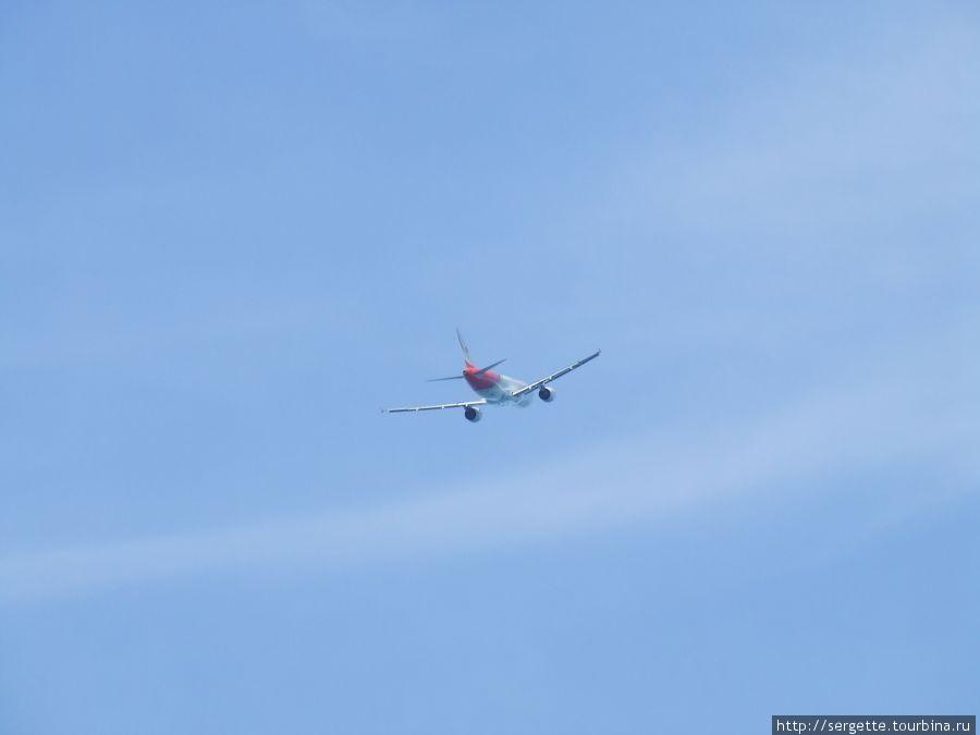 Взлетно посадочная полоса упирается прямо в море. Этот самолет взлетел удачно. Страшно подумать что если ему не хватит разбега