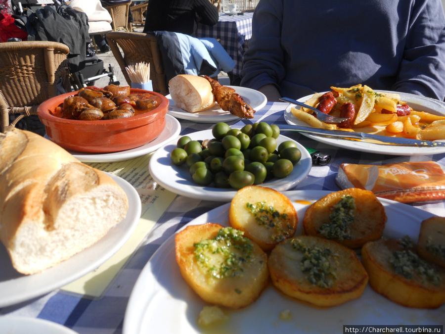Patatas Chulas (жареный картофель с соусом из чеснока, петрушки и уксуса), aceitunas de Campo Real (еленые оливки), patatas con chistorra (жареный картофель с колбасками), caracoles (улитки).
