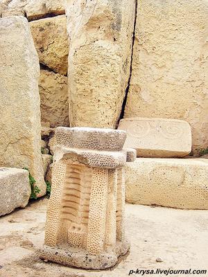 Каменные алтари, украшенные узорами