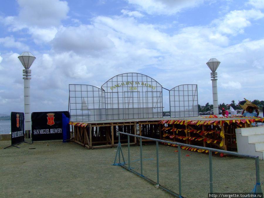 Готовится сцена к фестивалю