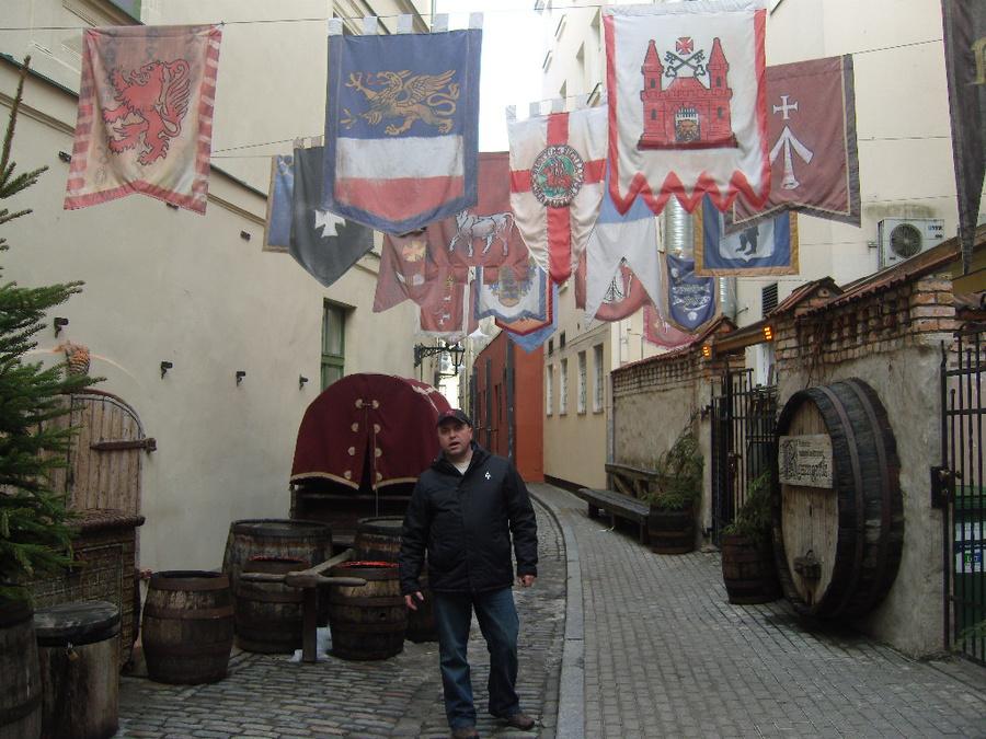 Таверна вся старинная средневековая, с гербами и бочками.