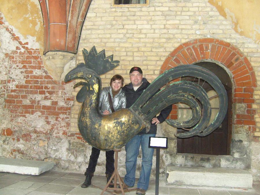 Когда этот флюгер стоял на шпиле башни замка он казался снизу маленьким и изящным,а когда он на земле — он огромный и тяжёлый.