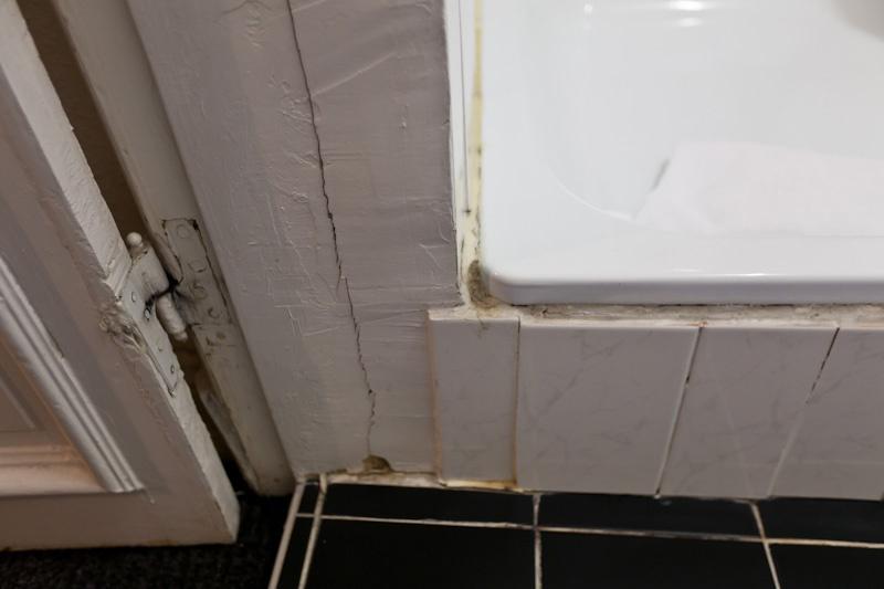 Грибок и поломанные двери