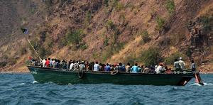 Движение оживленное, но только наша лодка шла до границы — остальные максимум до национального парка — не такого популярного у туристов, как Нгоронгоро или Серенгети.