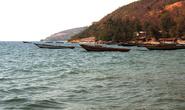 Раз в час — полтора на берегу попадается деревушка.