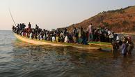Причалов здесь нет. До лодки все вброд доходят. Порой, приходится больше чем по пояс зайти.