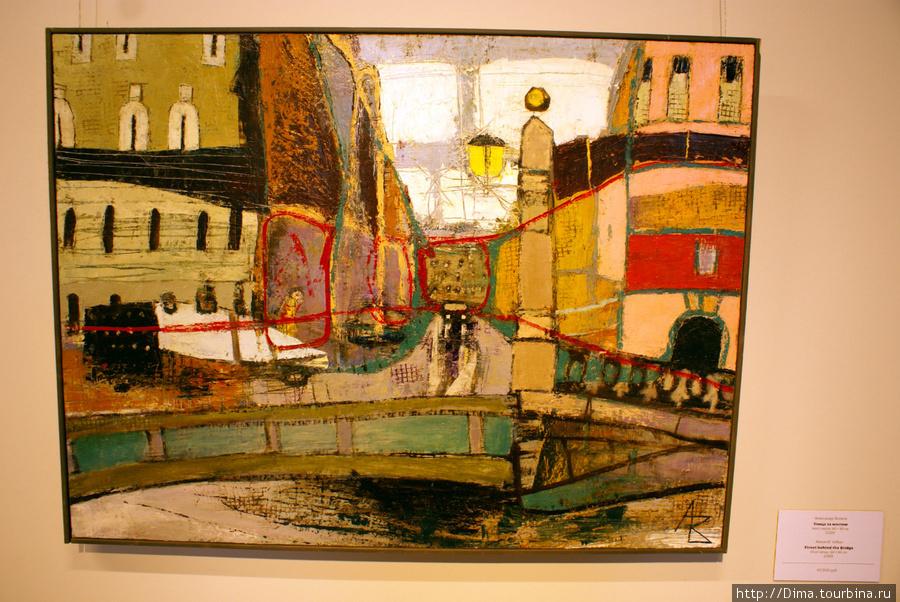 Некоторые картины продаются. Например, эта работа Александра Волкова «Улица за мостом» стоит 45000 рублей.
