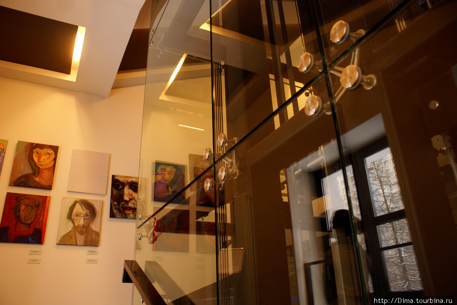 На стенах у лифта висят автопортреты художников, выставляющихся в стенах галереи.