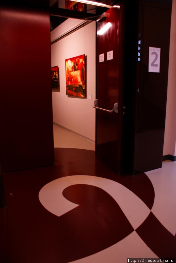 На полу каждого этажа написан его номер, чтобы посетители не ошибались.