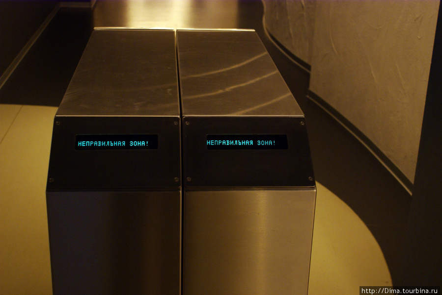 За загадочным сообщением где-то вдали коридора слышался звон посуды. Но в кафе нам пока рано. Заглянем в тёмне комнаты.
